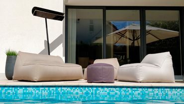 MOONICH Lounge: bequeme Sessel und Sofas am Pool