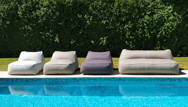 MOONICH Lounge: airy-light armchairs and sofas by the pool